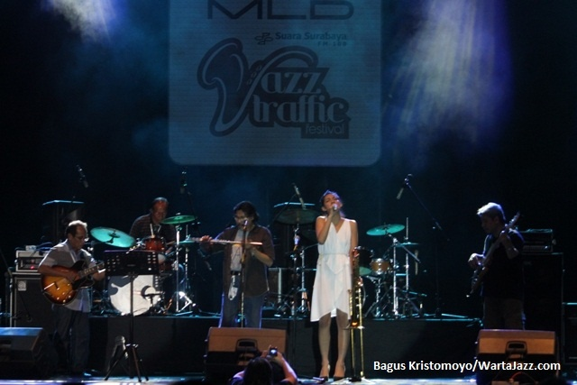 "Photo of Amboina dan Abdul and The Coffee Theory ""Hipnotis"" Remaja di Jazz Traffic Festival Surabaya"
