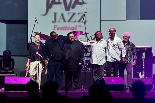 Photo of Menatap Senyuman Miles oleh Larry, Joey, Darryl, Omar, Rick dan Wallace