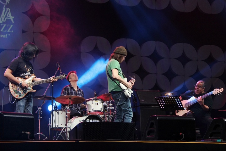 Photo of Wayne Krantz, Anthony Jackson dan Cliff Almond di Java Jazz Festival 2015