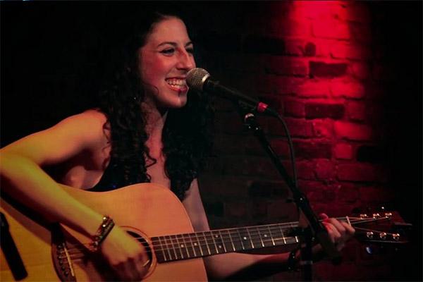 Photo of Penyanyi dan Pencipta Lagu Devyn Valerie Rush